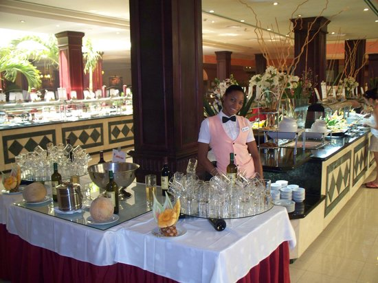 Grand Bahia Principe Punta Cana: Very nice buffet area.