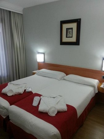 Aparto Suites Muralto : Bedroom - double bed was actually 2 twins pushed together