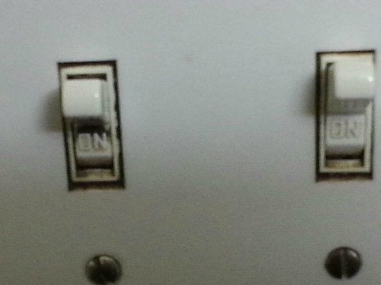 Motel 6 Portland Mall: Light switch to the bathroom.