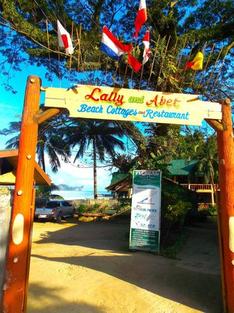 Lally and Abet Beach Cottages: Entrance to the grounds