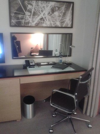 Hilton Dublin: Room 207 Desk Area