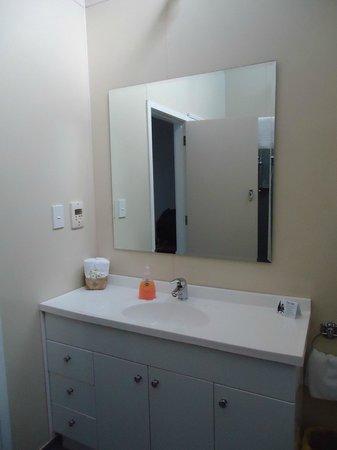 Apostles View Motel: Room 7 - big bathroom