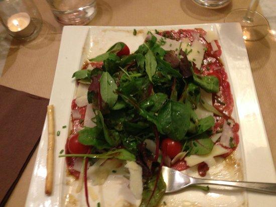 Estaminet, Arômes et Tentations : Beef carpaccio with shaved parmesan and salad