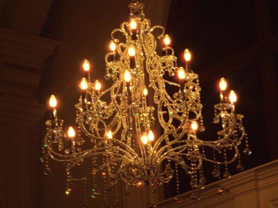 Temple Gate Hotel: Lobby chandelier