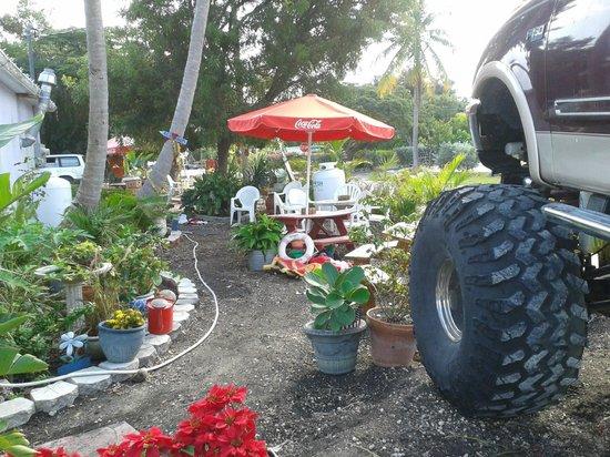 Debbiy Doo's Deli & Market Fresh: Debbiy's truck and courtyard