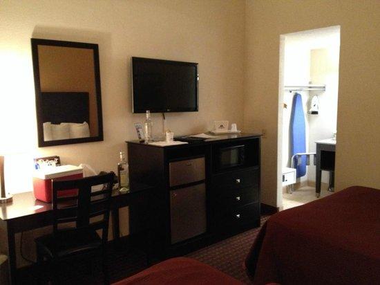 Americas Best Value Inn: Flatscreen, fridge and desk
