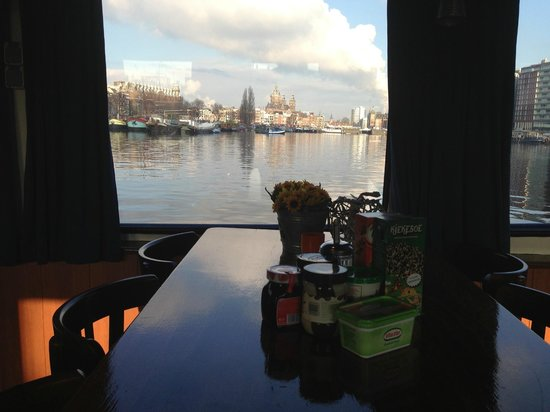 AmicitiA: Breakfast table and view