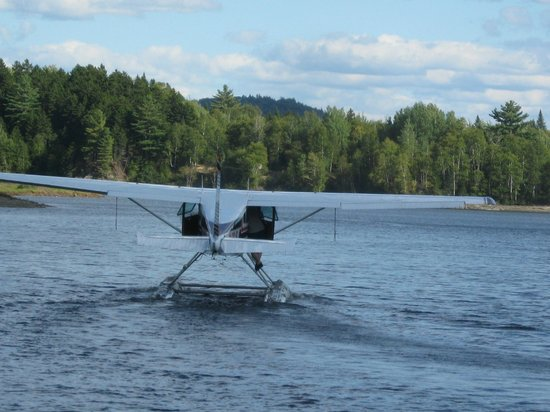 Historic Pittston Farm: Float plans landing in front on lake
