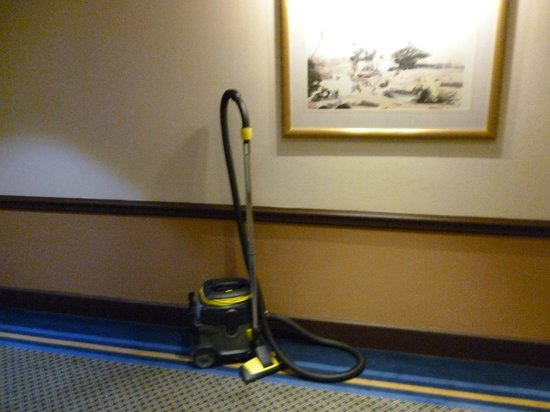Grand Excelsior Hotel Deira: vacuum cleaner a feature in all the hallways...