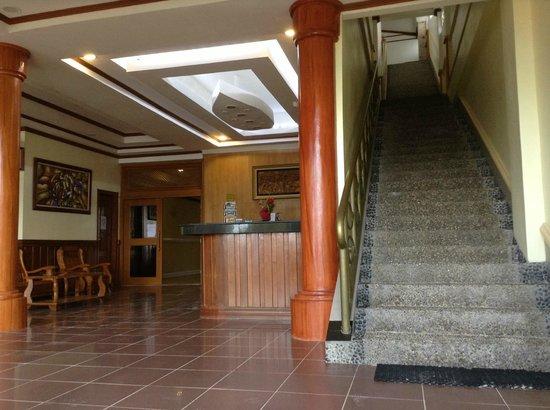 Boracay Royal Park Hotel: Lobby/Stairs