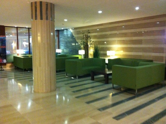 Hotel Golden Port Salou: Lobby area at the entrance or the restraunt and bar