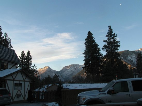 Alpine Rivers Inn: Early morning view from the parking lot