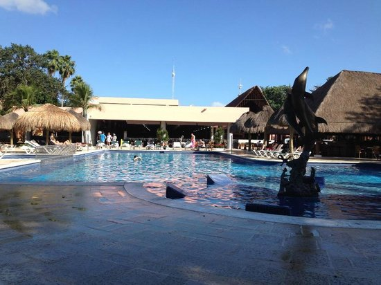 Hotel Riu Lupita: piscine et buffet