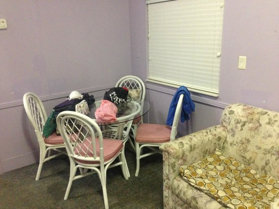 Tropical Palms Resort and Campground : Dining table and sofa