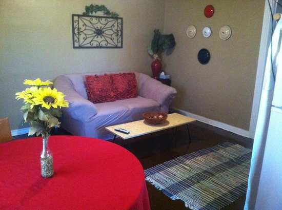 The Carriage House Suites: Suite B living area