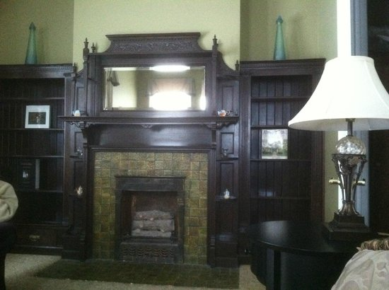The Inn on Ferry Street: Fireplace and library in Roehm House Queen Exec suite
