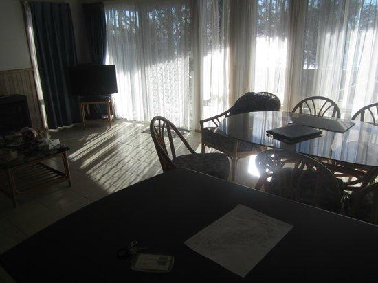 Berrara Beach Chalets: Living room area