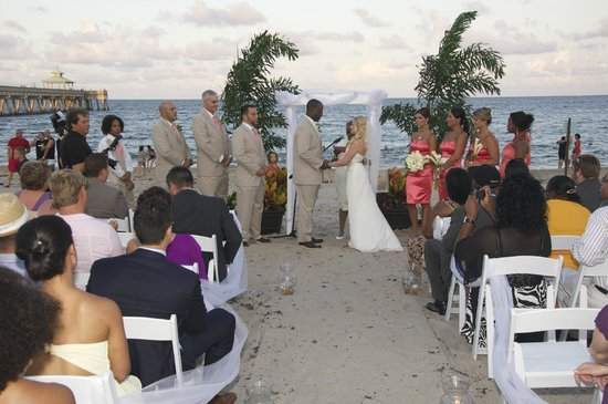 Wyndham Deerfield Beach Resort : Beach wedding