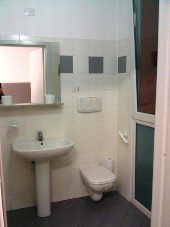 New Moon Resort & Hostel: Baño amplio y muy limpio, con agua calienta
