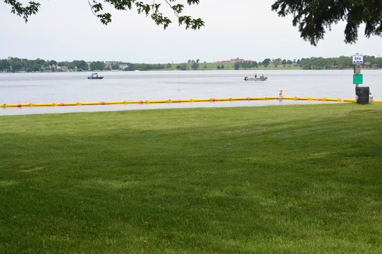 Sky Lodge Inn & Suites: Fishing Lake