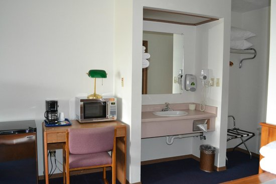Sky Lodge Inn & Suites: Room View-Sink area