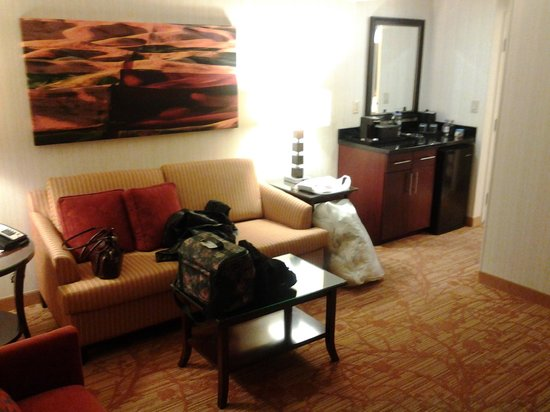 Minneapolis Marriott Northwest: separate living room with hide-a-bed