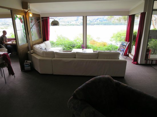 Wanaka Bakpaka: This is the view of the lake from lounge area.