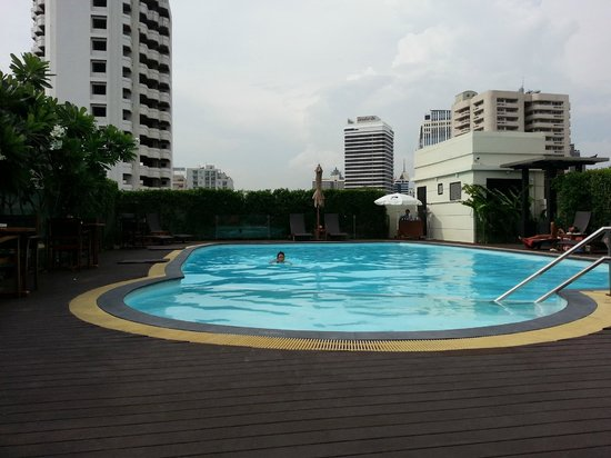 Lohas Residences Sukhumvit : rooftop swimming pool