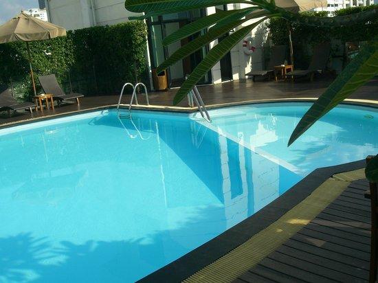 Lohas Residences Sukhumvit : rooftop swimming pool