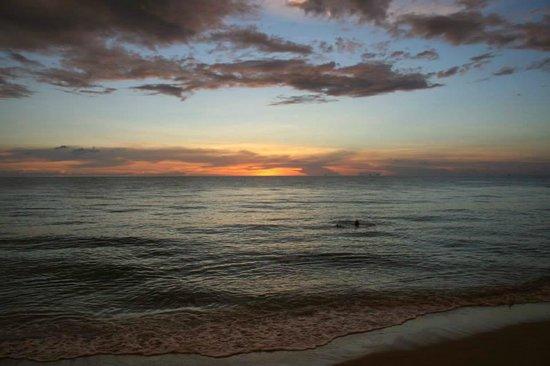 White Sand Beach Resort : Swimming at sunset