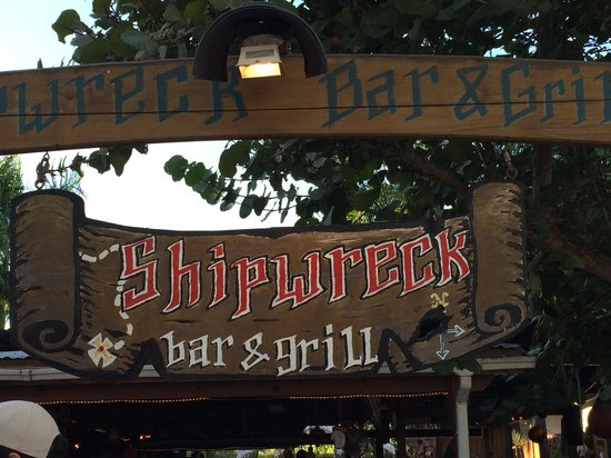 Shipwreck Bar & Grill: Front entrance