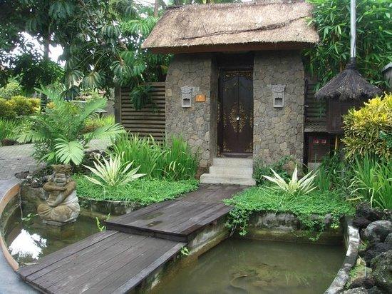 Bumi Linggah The Pratama Villas: The door of every villa