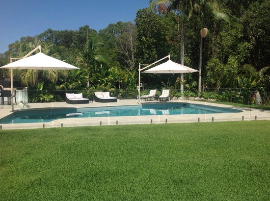 Noosa Habitat Resort B & B : Pool with Sun Deck and Shade Umbrellas