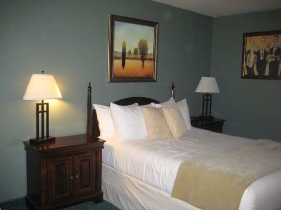Maritime Inn Antigonish : bedroom with queen sized bed