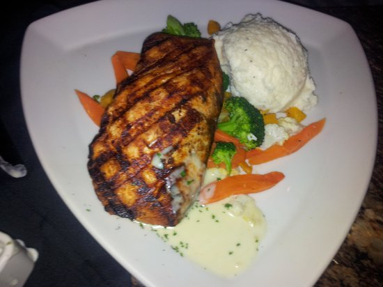 BJ's Restaurant & Brewhouse: Blackened salmon