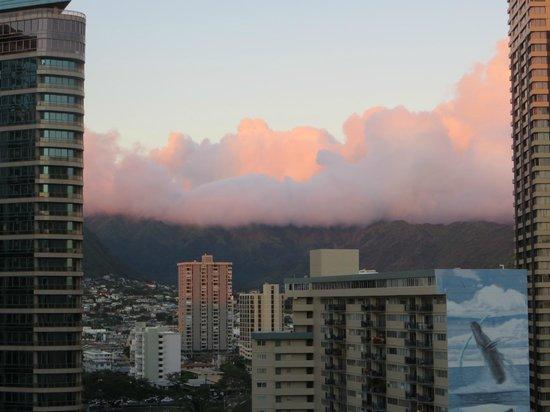 DoubleTree by Hilton Alana - Waikiki Beach: Mountain facing room