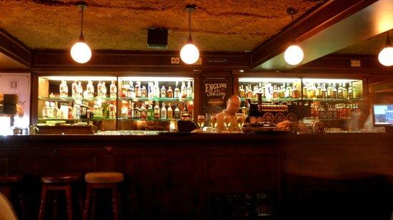 The Basement English Pub: vista do bar