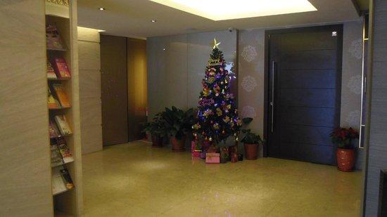 The Metro Hotel: ロビーはクリスマスモード