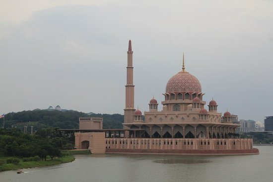 Mosquée de Putrajaya : Taken from a bridge nearby