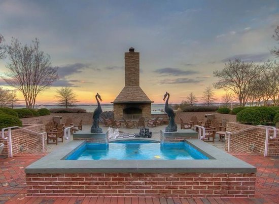 Hyatt Regency Chesapeake Bay Golf Resort, Spa & Marina : Fountain! Notice the life size chess set in front of the fire pit!