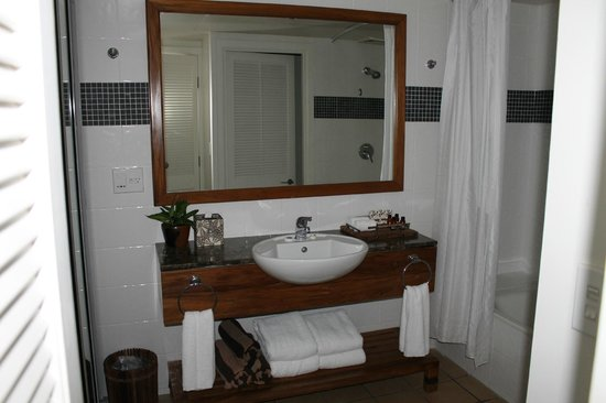 Outrigger Fiji Beach Resort: Deluxe Ocean View Bathroom