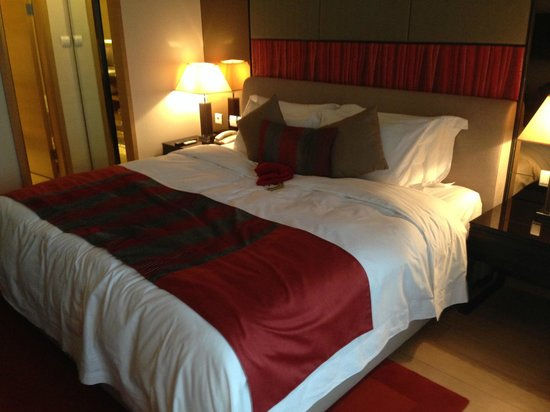 Fraser Suites Chengdu: main bedroom