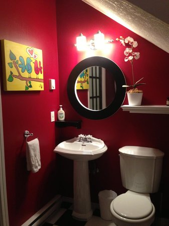 mulBerryLand Guest House: Sweet bathroom with claw foot tub