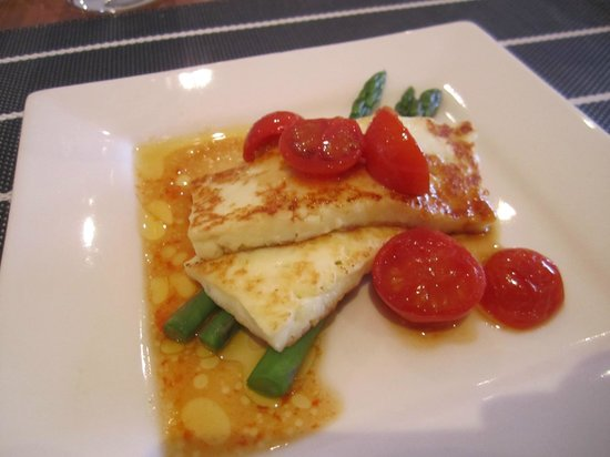 Seascape Lodge on Emu Bay: Local Halloumi cheese grilled with cherry tomatoes and asparagus