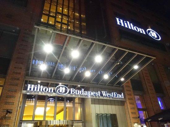 Hilton Budapest City: ホテルエントランス