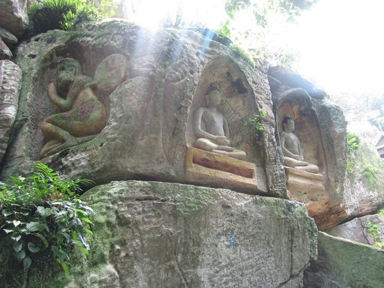 Kampong Thom Province, กัมพูชา: Buddha rock face carvings at Suntuk Mountain