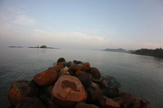 S-Beach Resort: Aussicht von Felsen am Strand (daneben geht ein Klong hinein)