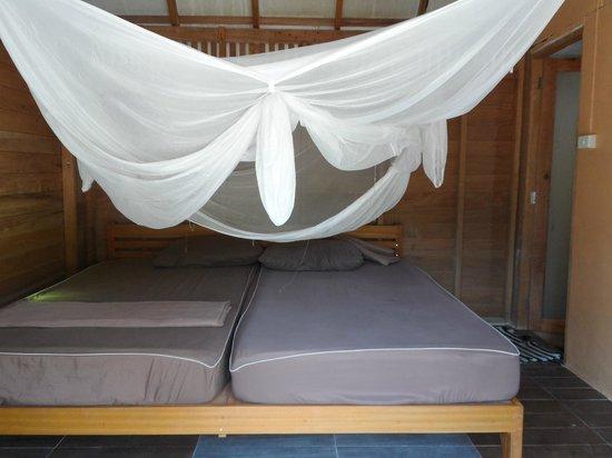 zwei gro e betten mit moskitonetz king. Black Bedroom Furniture Sets. Home Design Ideas