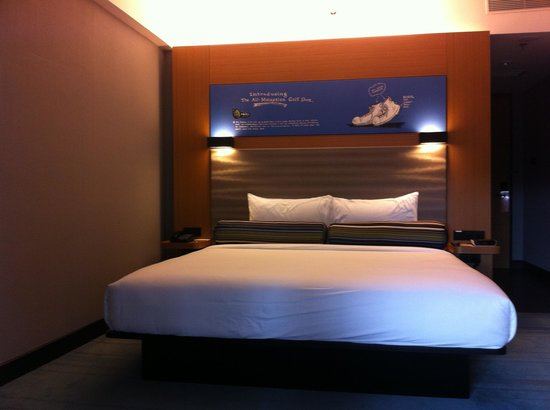 Aloft Kuala Lumpur Sentral : Large bed with some humour above it