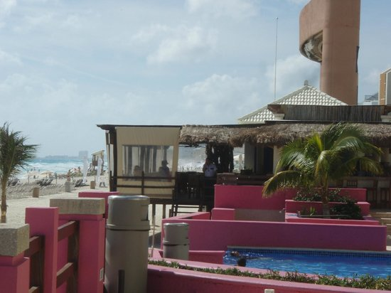 NYX Hotel Cancun: beach bar/restaurant